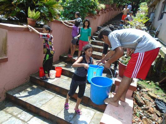 Alle helfen, das Waisenhaus sauber zu halten