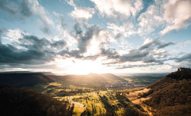 Licht durch flutetes Tal der Schwäbischen Alb; Neuffen