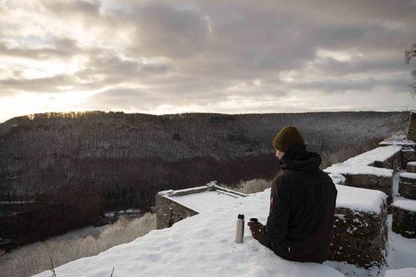 Aufwärmen bei Tee und Sonnenstrahlen; Burg Ruine Hohen Urach