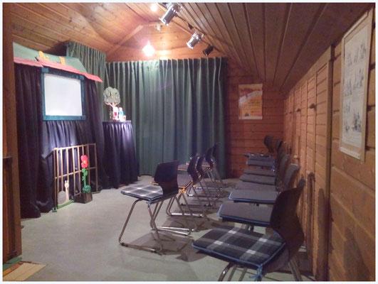 Bühnenraum mit Sitzplätzen