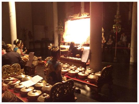 Ein 20köpfiges Gamelan-Orchester begleitet das Spiel