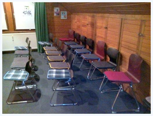 ...weitere Stühle passen noch hin.