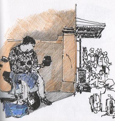Warten auf den Bus in Italien