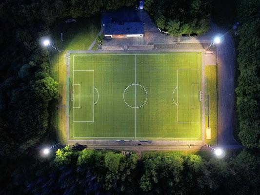Die neue Flutlichtbeleuchtung auf der Sportanlage des SV Ellar. Foto: privat