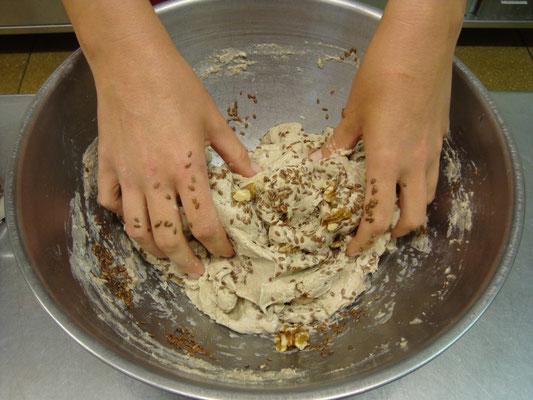 Wir backen Sauerteig-Walnuss-Brot fürs Frühstück