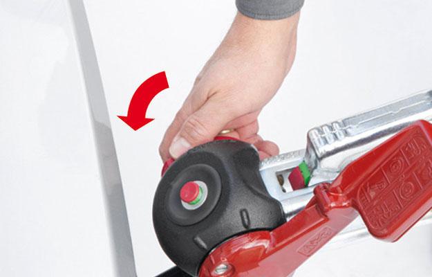 Schritt 3: Sitzt die Kupplung richtig auf dem Kugelkopf, sind zwei grüne Markierungen an der Kupplung erkennbar. Nun das Handrad im Uhrzeigersinn zudrehen bis es deutlich ratscht.