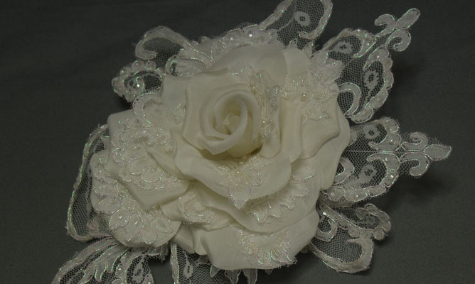 No 117 ドレスのレースを組み入れたバラのドレス花 素材:シルクサテン サイズ:25cm ¥8.000