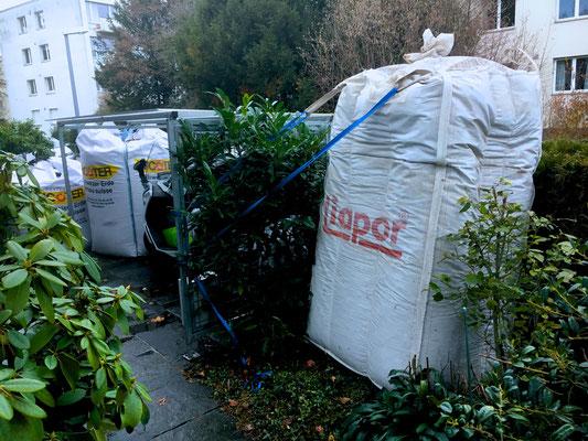 Blähbeton, Kompost und Gartenerde werden angeliefert