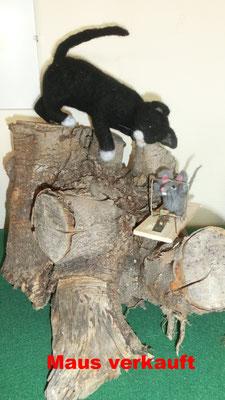 Pirschkatze und starke Maus in Mausefalle