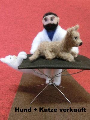 Tierarzt mit Tisch;  da gehen Hund und Katz  gerne hin.