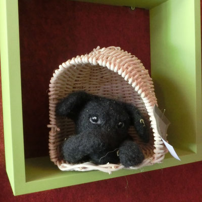 Peinlich-Hund in handgeflochtener Hütte