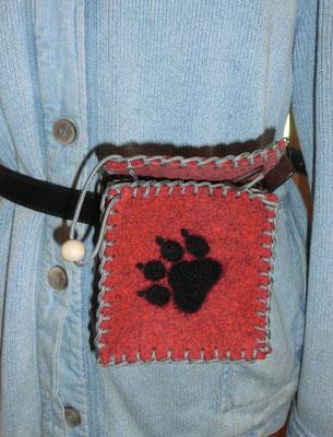 Gürtel-/Leckerlietasche mit Pfote, innen mit Schlaufe für Schlüssel oder Clicker (ca. 12x12x8 cm) + Gürtelklickverschluß