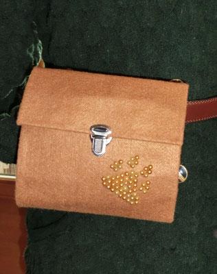 Gürtel-/Leckerlietasche mit Perlenpfote, außen Filz, innen SnapPap auswaschbar (ca.16x15x5x cm)