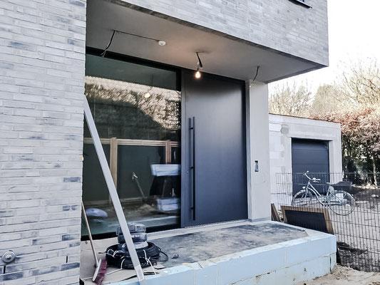 Pivot Haustür - Haustür im XXL Format dank drehbarer und schwenkbarer Beschläge. Sehr große Haustür.