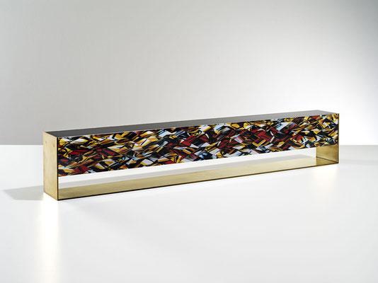 OB11.005 | 80 x 14 x 9 cm | Fotocollage zweiseitig hinter Acrylglas | Acrylkern | Messing mattiert | Unikat