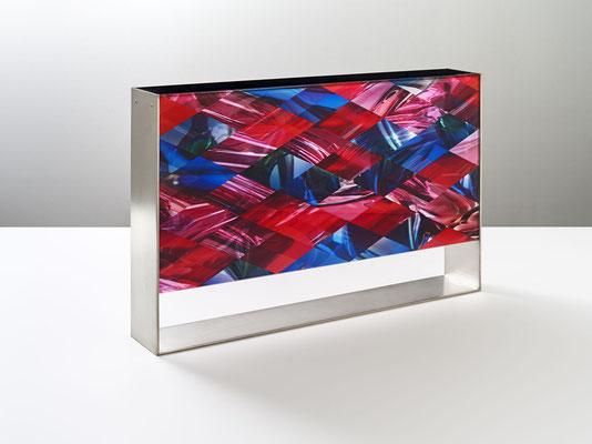 OB11.004 | 46.6 x 30 x 7 cm | Fotocollage zweiseitig hinter Acrylglas | Acrylkern | Messing versilbert und mattiert | Kassel | DE | Privatbesitz