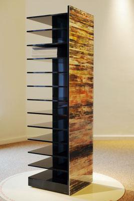 OB11.005 | 133 x 34.5 x 34.5 cm | Fotocollage zweiseitig hinter Acrylglas | massiver Acrylkorpus | auf Rollen | Hamburg | DE | Privatbesitz