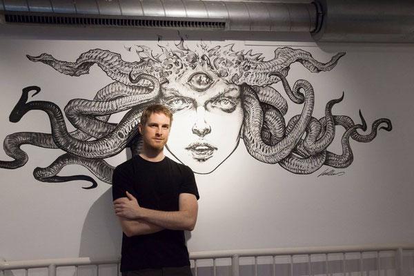 Mathias Kollros vor seinem Wandgemälde