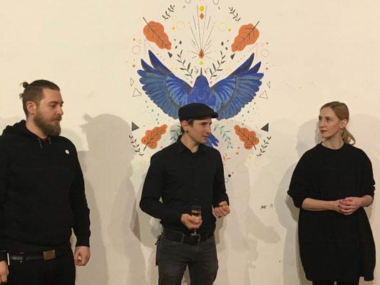 Röda-Chef Thomas Kern stellt die beiden Künstler Alex Alles Gutmann und Carina Lindmeier vor