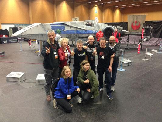 Gruppenbild mit X-Wing-Fighter: Milan A. Ilic, Conny Wolf, Sami Al-Deek, Helmut »Dino« Breneis, Lee Townsend, Andrea Freccero, Andrea Hörndler und Missfelidae