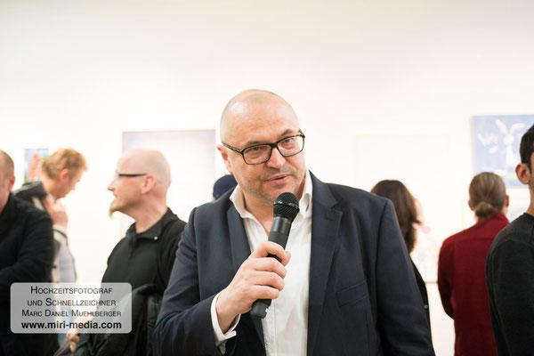 Gottfried Gusenbauer führt durch den Ausstellungsrundgang