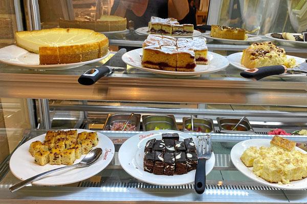 Kaffee und viel Kuchen