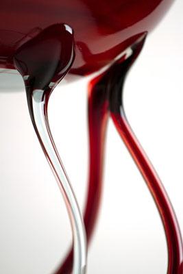 """Coupe fin 19 ème, en """"verre latimo"""" doublé de verre clair avec marbrures rouge au cuivre. Jambes multiples en verre double. Réalisation délicate démontrant la maitrise de verriers vénitien expérimentés."""