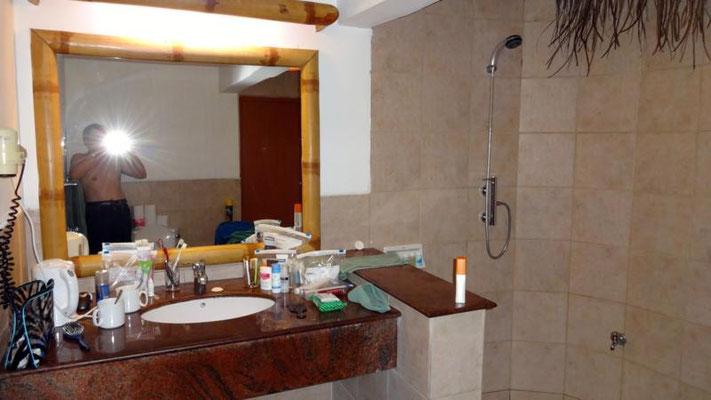 Badezimmer mit Dusche unter freiem Himmel