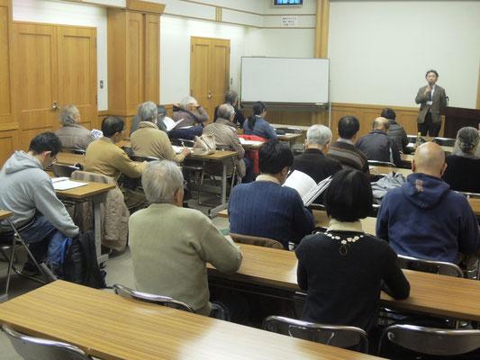 講堂で説明を受ける参加者
