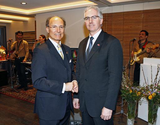 Der Honorarkonsul von Tadschikistan Kourosh Pourkian (l.) und der Präsident des American Club of Hamburg David Zeller (r.)