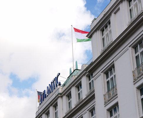 Herzliche Geste: Anlässlich des Galaabends zu Ehren von 25 Jahren Unabhängigkeit von Tadschikistan wehte auf dem Dach des Hotels Atlantic die tadschikische Fahne.
