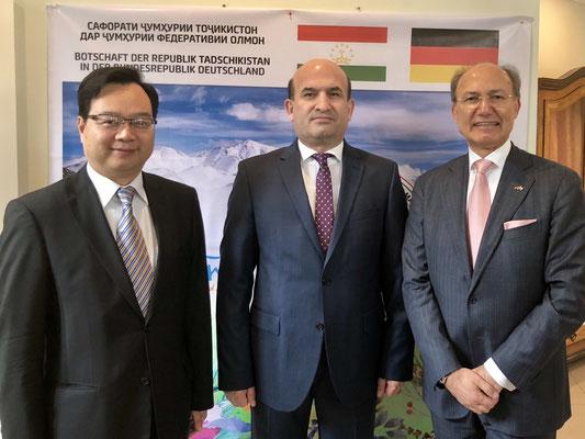 Die Gastgeber, Tadschikistans Botschafter Maliksho Nematov (M.), und Honorarkonsul Kourosh Pourkian (r.), mit Ehrengast Congbin Sun (l.), Generalkonsul der Volksrepublik China
