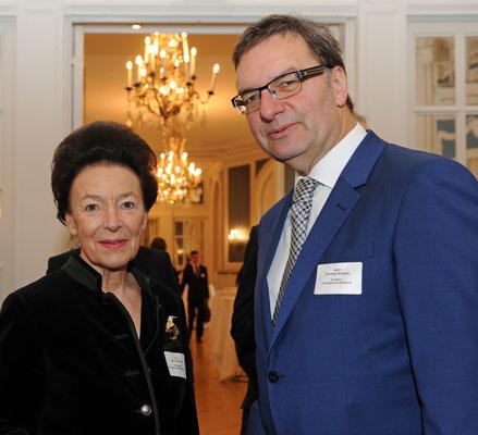 Unter den VIP-Gästen: Maria Luisa Warburg (l.), Präsidentin des Liberalen Gesprächsforums e.V., und Thomas Kraupe (r.), Direktor des Planetariums Hamburg