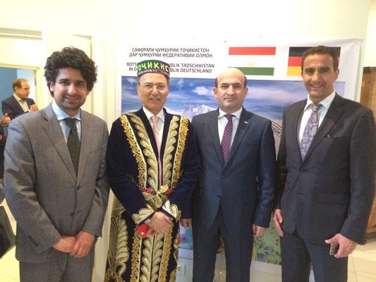 Botschafter Maliksho Nematov und Honorarkonsul Kourosh Pourkian im handgefertigten Chapan mit dem Politikwissenschaftler Farid Muttaqi aus Afghanistan und dem Hamburger Rechtsanwalt Cyrus Zahedy