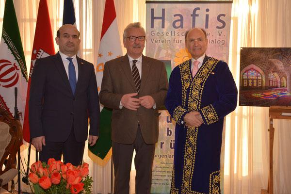 Die Gastgeber, S.E. Maliksho Nematov (l.), Botschafter von Tadschikistan, und Kourosh Pourkian (r.) Honorarkonsul von Tadschikistan, mit Ehrengast Jürgen Klimke (m.), CDU-Bundestagsabgeordneter