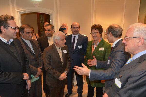 Bekanntmachung der Gäste untereinander durch den Gastgeber, Honorarkonsul Kourosh Pourkian: hier Irans Botschafter S.E. Ali Majedi mit Brigitte Zypries, Parlamentarische Staatssekretärin im Bundesministerium für Wirtschaft und Energie