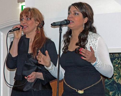 """""""Happy Nowruz"""" - musikalische Begrüßung durch Indra Afia (r.), die den Song eigens für das 5-jährige Jubiläum komponiert hat, und Anette Okinido"""