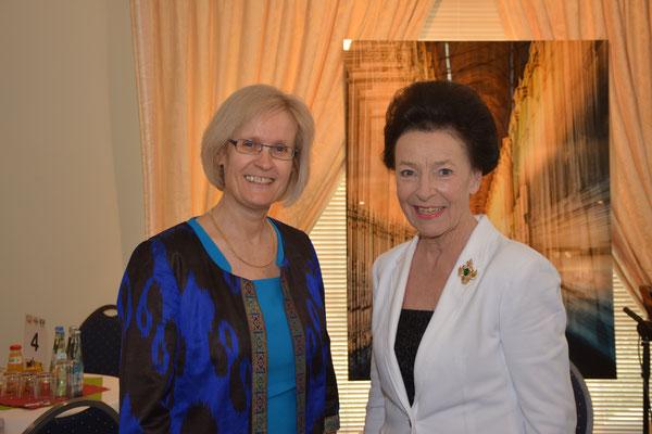 Wiedersehensfreude beim Nowruz-Fest: Kristin Laabs, Leiterin des KfW-Büros in Duschanbe, und Maria Luisa Warburg, Präsidentin des Liberalen Gesprächsforums e.V., lernten sich vor Jahren durch  die Deutsche Gruppe der Liberalen Internationalen kennen