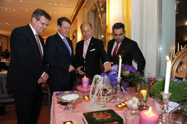 Der Hamburger Gastgeber, Honorarkonsul Kourosh Pourkian, erklärt den Gästen aus der Politik die Bedeutung des Haft Sin Tisches in seinem Heimatland Iran bzw. allen anderen Nowruz-Ländern.