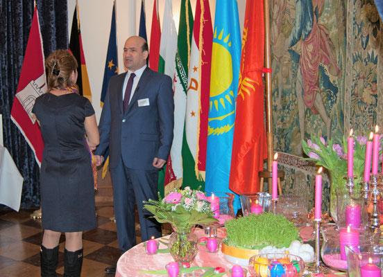 Tadschikistans Botschafter Maliksho Nematov nutzte gerne das Medieninteresse, um für sein Land zu werben