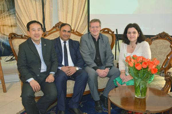 Die SPD-Bürgerschaftsabgeordneten Gulfam Malik und Markus Schreiber (m.) mit Huy-Tam Van (l.) und Jutta Höflich (r.) von der MIT Wirtschaftvereinigung bzw. des Landesfachausschusses für Außen-, Sicherheits-, Europa- und Entwicklungspolitik der CDU