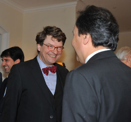 Reinhard Stuth, Kultursenator a. D. (l.), grüßt S.E. Imomudin Sattorov, der Botschafter Tadschikistans (r.)