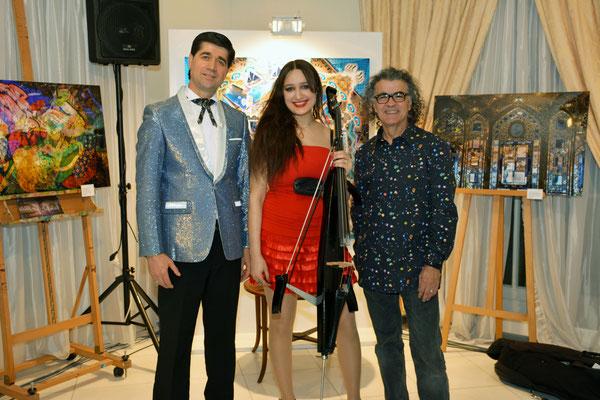 Die Künstler des Nowruz-Kulturabends: Der Sänger Fahriddin Malik (l.) mit dem Fotokünstler Sina Vodjani (r.) und Überraschungsgast Kate Shine (m.) mit ihrem Elektro-Cello