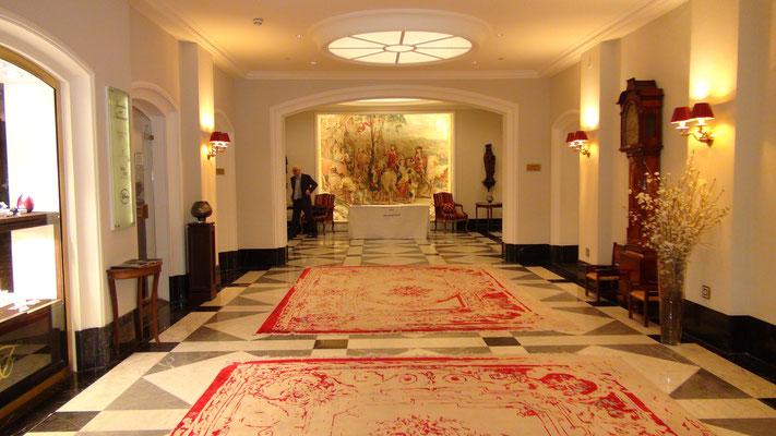 Repräsentativ – die Eingangshalle des Fairmont Hotel Vier Jahreszeiten
