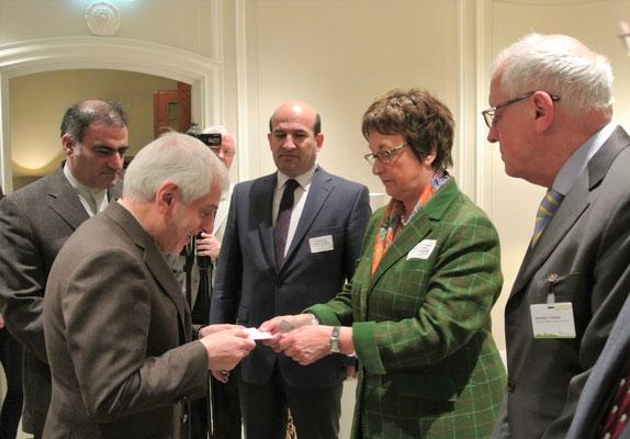 Nowruz-Networking: der iranische Botschafter Ali Majedi und Brigitte Zypries, Parlamentarische Staatssekretärin im Bundesministerium für Wirtschaft und Energie