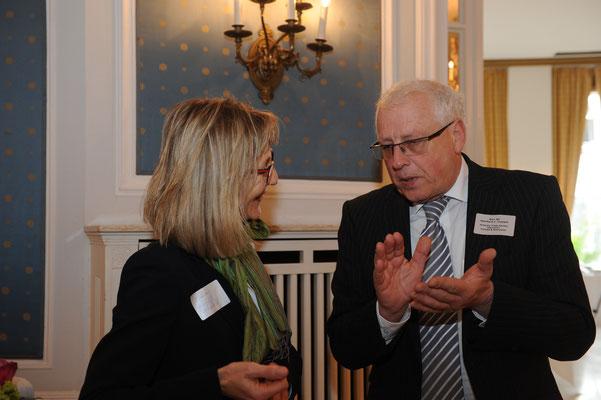 Dr. Korinna Oehring (l.)vom Länderreferat Ostasien der Behörde für Wirtschaft, Verkehr und Energie im Gespräch mit Eberhard J. Trempel (r.), Präsident des German Trade Forum Berlin