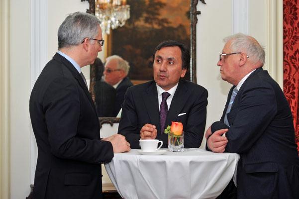 David Zeller, Präsident des American Club of Hamburg (l.), S.E. Imomudin Sattorov, der Botschafter Tadschikistans (m.), Eberhard Trempel, Rechtsanwalt (r.)