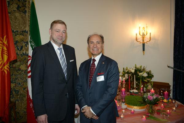 Honorarkonsul Kourosh Pourkian (r.) freute sich, unter den Gästen auch den Generalkonsul der Russischen Föderation, Herrn Ivan Khotulev, begrüßen zu dürfen.