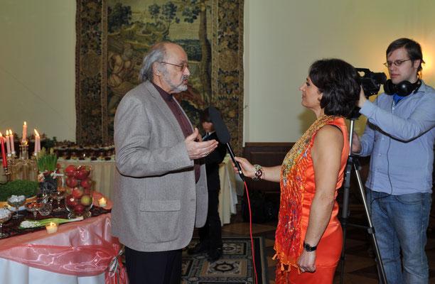 S.E. Sheikh Attar, der Botschafter Irans (l.) beim Interview mit Frau Hourvash Pourkian, Tiede TV Hamburg (m.)