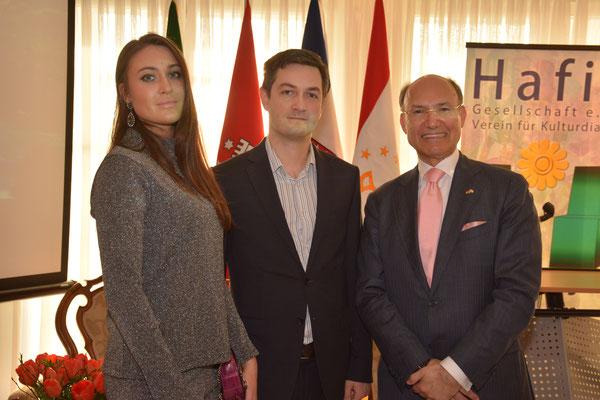 Unter den Gästen des Nowruz-Kulturabends begrüßte Honorarkonsul Kourosh Pourkian (r.) auch den Vizekonsul der Ukraine, Taras Kulaiets (m.) nebst Gattin